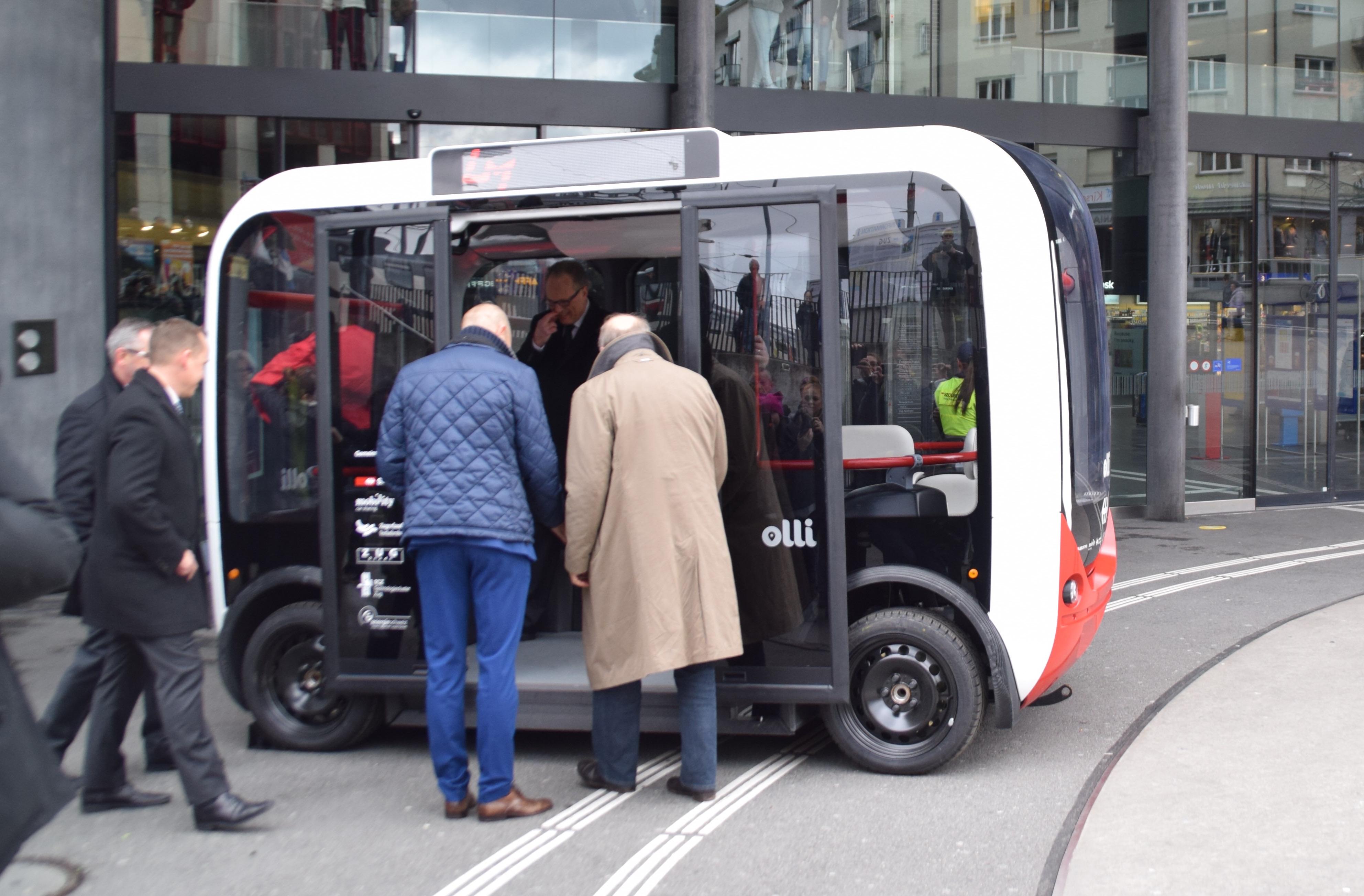 Neugierig besteigen Mobility-Geschäftsführer Patrick Marti und Zuger Stadtpräsident Dolfi Müller den selbstfahrenden Shuttle.