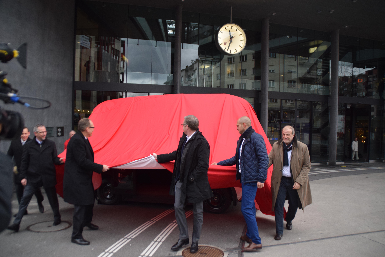 Der grosse Moment der Enthüllung: Erstmals wird Shuttlebus Olli der Öffentlichkeit präsentiert.