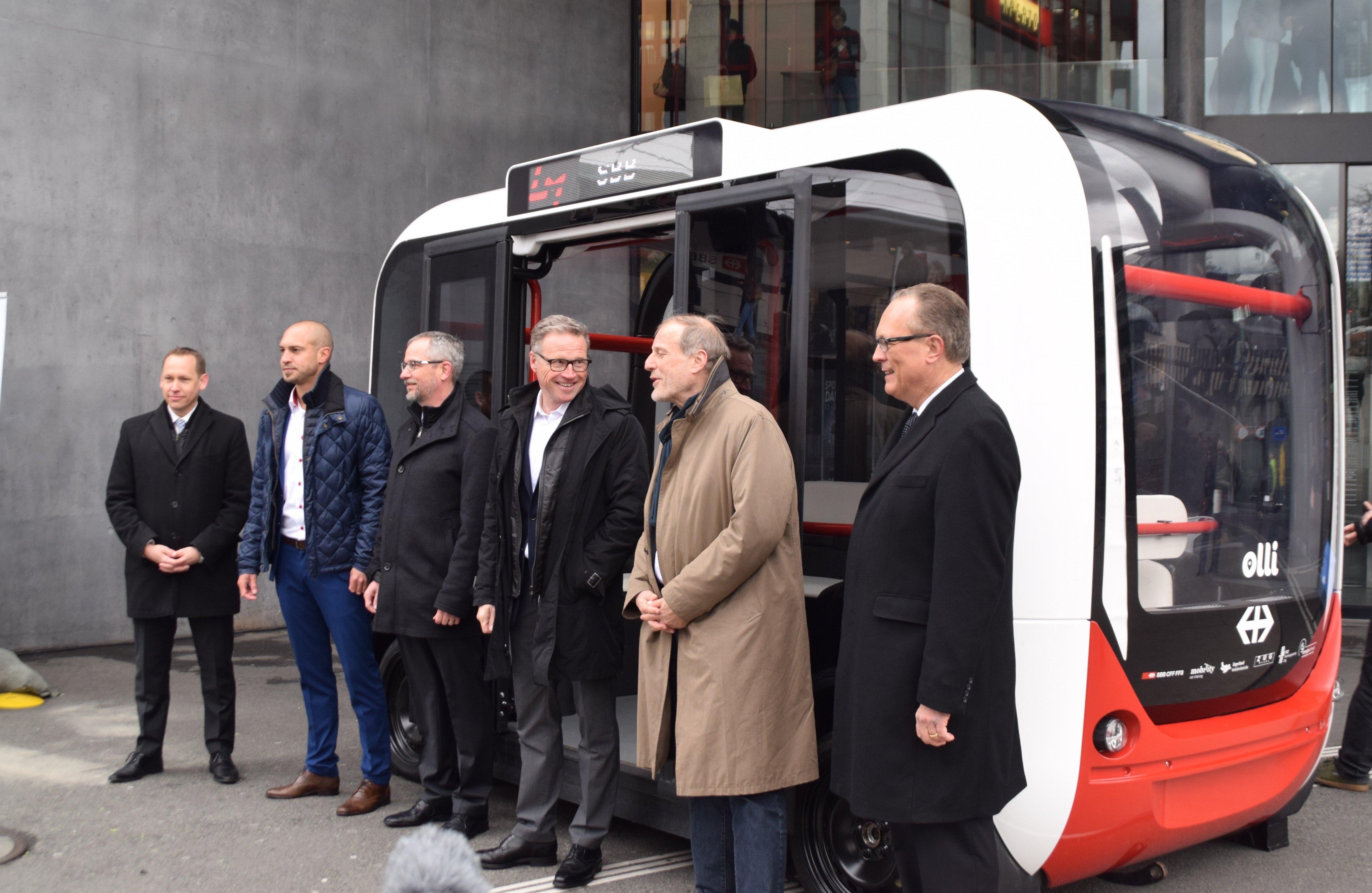 Die Beteiligten des Projektes posieren vor dem Shuttlebus.