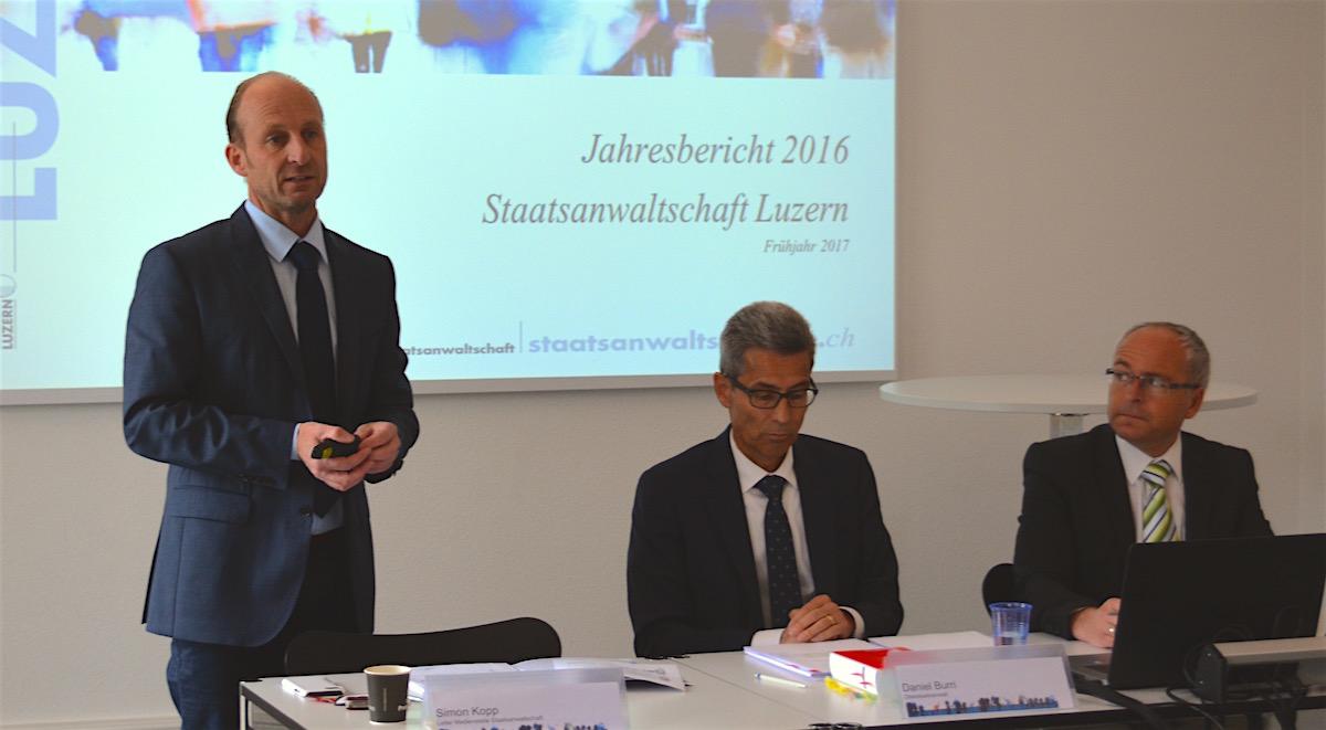 Mediensprecher Simon Kopp (links), Oberstaatsanwalt Daniel Burri und der Leiter der Zentralen Dienste, Guido Emmenegger, stellen den Jahresbericht 2016 vor.
