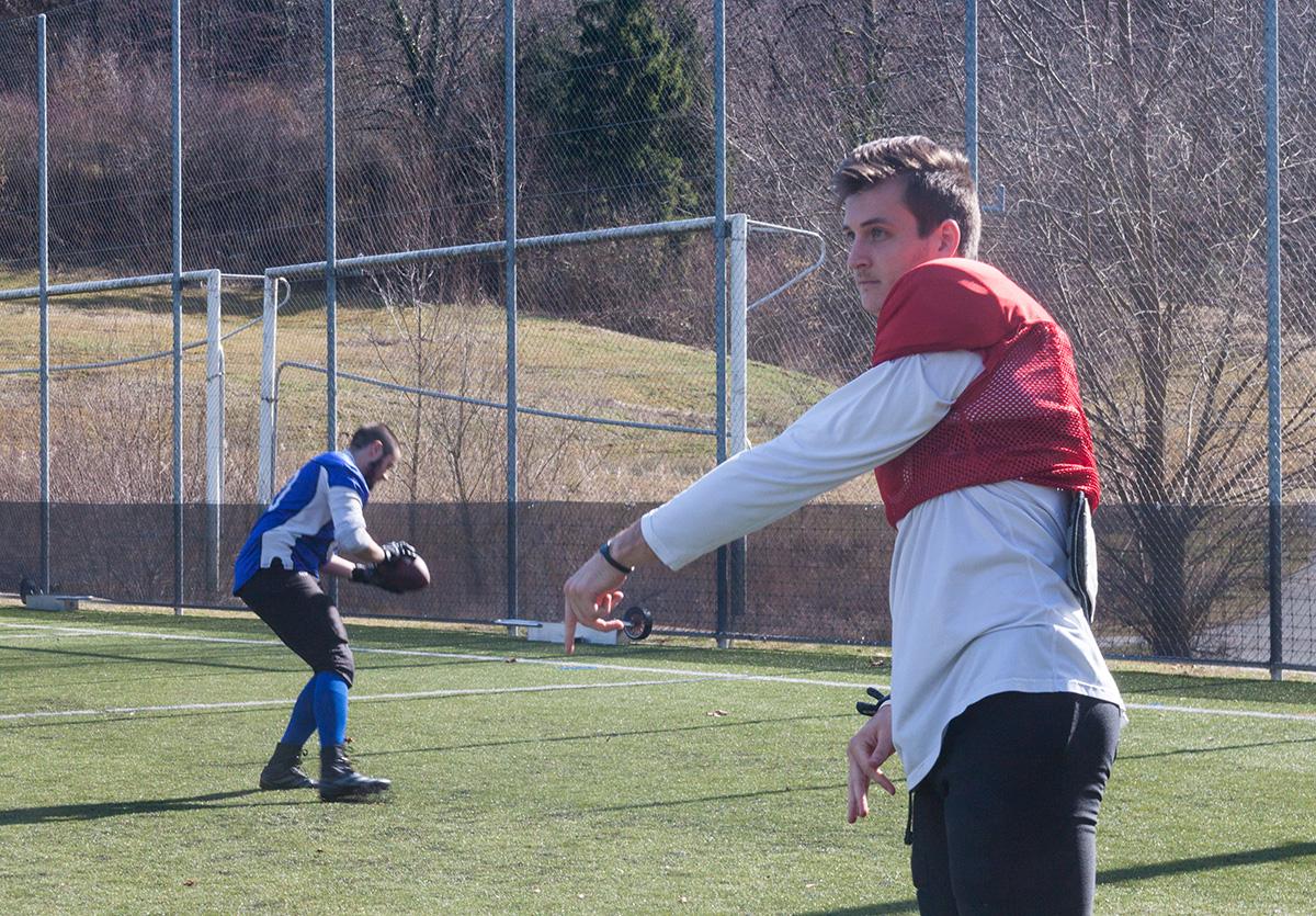 Der diesjährige Star der Mannschaft – der amerikanische Quarterback Alex Bridgford – bereitet sich auf das Trainingsspiel vor.
