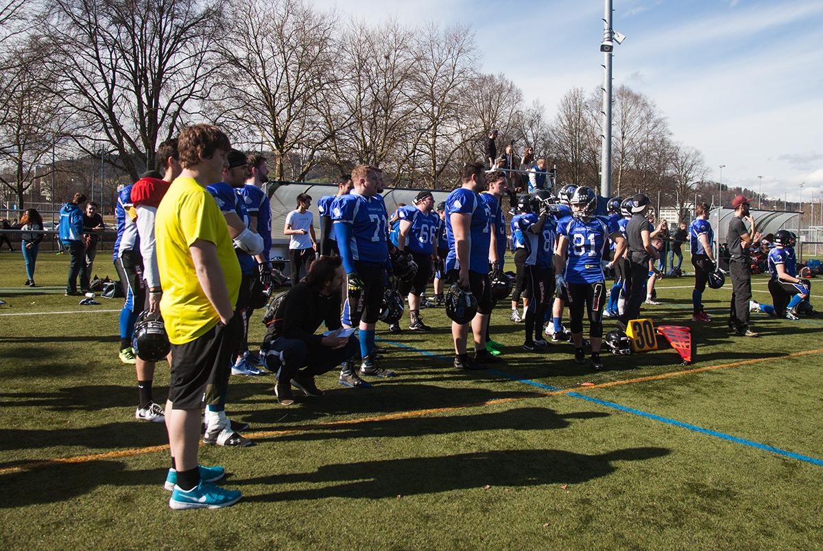 Die Lucerne Lions beobachten das Geschehen auf dem Spielfeld.