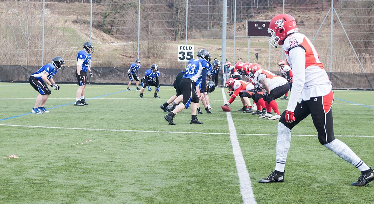 Die Lucerne Lions in der Defense warten auf den nächsten Spielzug der Lausanner.