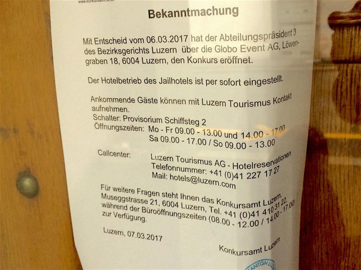 Dieser Zettel hängt an der Türe des Jail-Hotels.