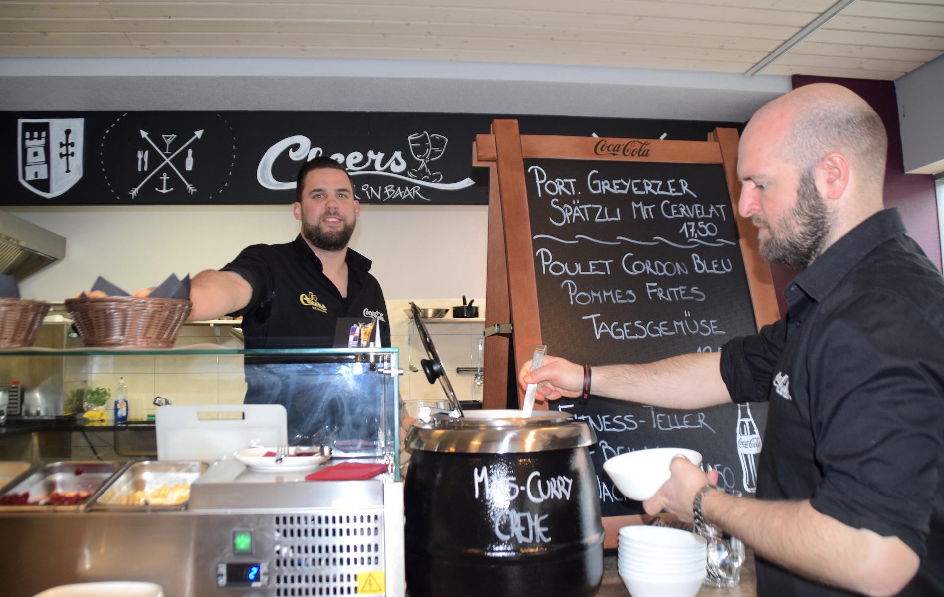 Pirmin Ulrich (links) und Roberto Branca bieten im Cheers mittags immer zwei Menus an.