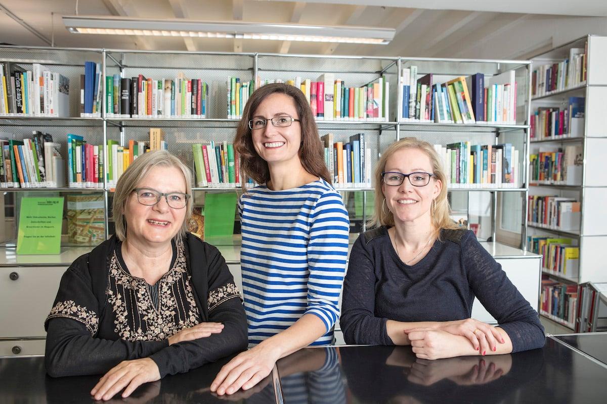 Sara Marty (Mitte) und Bea Dugarte (r.) leiten das Zentrum seit Ende 2016. Sybilla Schmid (l.) übergab die Geschäftsführung damals nach elf Jahren an ihre Nachfolgerinnen.