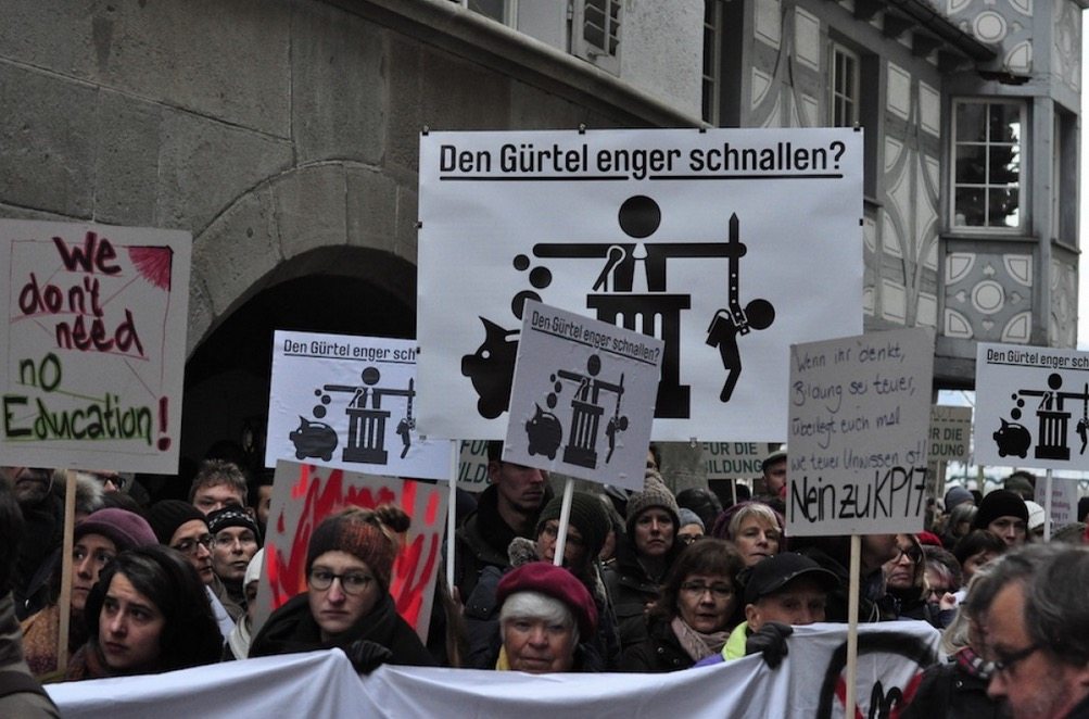 Mit Plakaten und Trillerpfeifen machten die Demonstrierenden auf ihre Anliegen aufmerksam.
