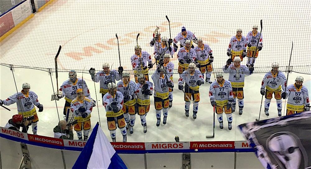 Die EVZ-Spieler verabschieden sich nach dem vierten Spiel in Genf von ihren Fans.