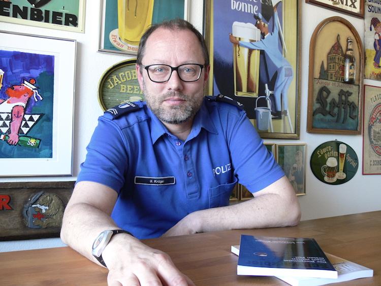 UrsAnton Krügel in seiner offiziellen Arbeitsuniform als Luzerner Quartierpolizist.