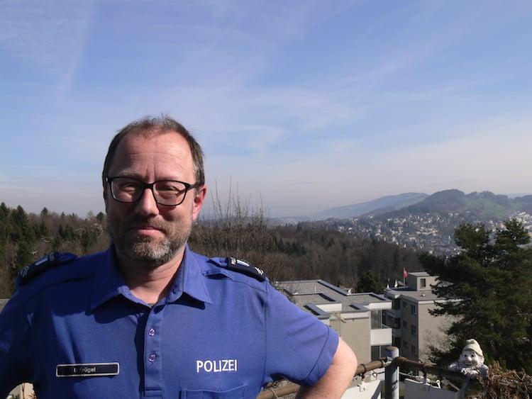 Unter ihm sein Reich: UrsAnton Krügel auf seiner heimischen Terrasse im Obergütsch. Im Hintergrund rechts die Stadt Luzern.