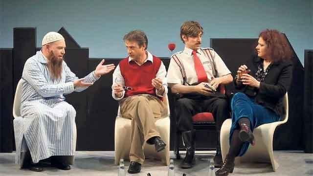 Walter Sigi Arnold (zweiter von links) in «Biedermanns umgezogen» am Luzerner Theater.