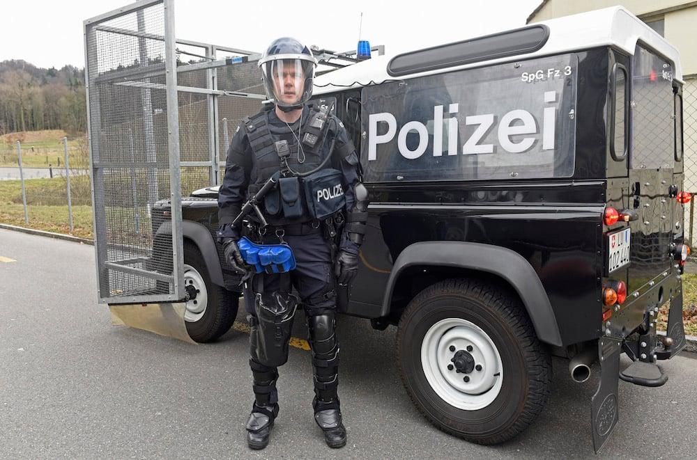 Ein frisch eingekleideter Luzerner Polizist in Ordnungsdienst.