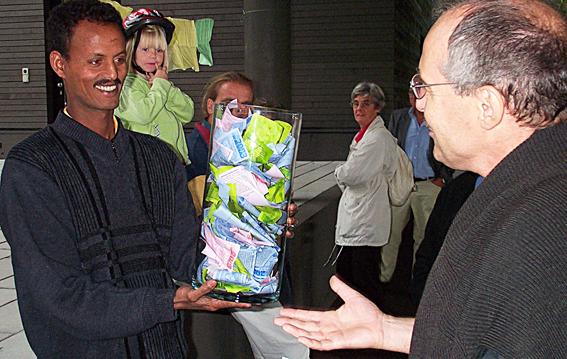 Hanspeter Bissig von der Arbeitsgruppe Solidar im Gespräch mit Shalil Shankar an der Kulturwoche Sursee und Umgebung zum Thema Flaschenpost «Äthiopien direkt» (Bild: zVg).