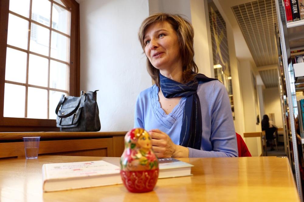Die Russin Olga K. hat eine Matrjoschka-Puppe zum Gespräch mitgebracht.
