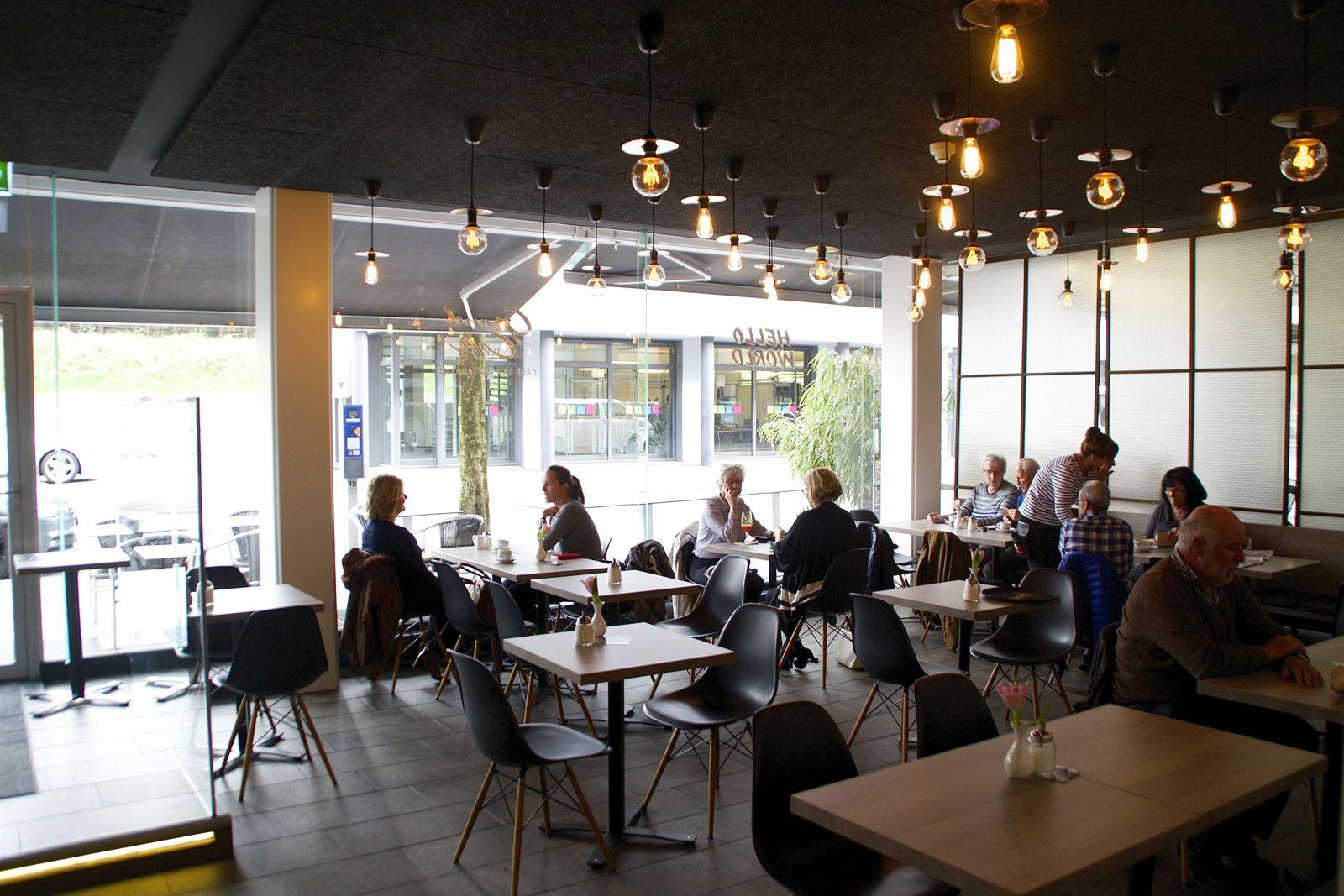 Der neu mit speziellen Lampen gestaltete Café-Teil des Lokals. Hier kann neu von Mittwoch bis Samstag abends gegessen werden.