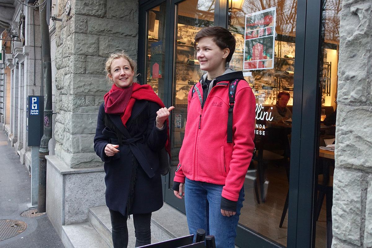 Festivalleiterin Jana Jakoubek (links) und die Künstlerin Ekaterina Zenina aus Moskau.