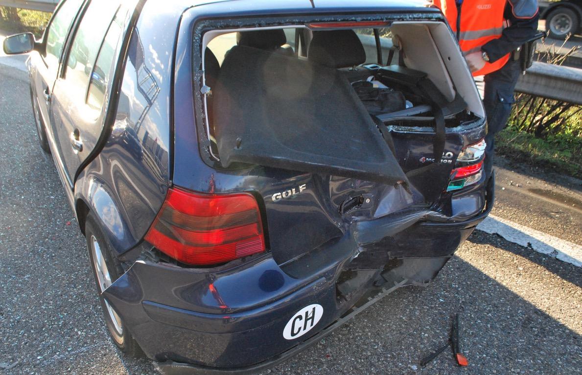 Dieser Kleinwagen wurde beim Unfall arg beschädigt.