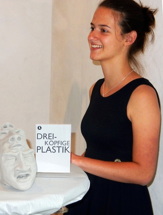 Paula Weibel bei der Präsentation ihrer Skulpturen.
