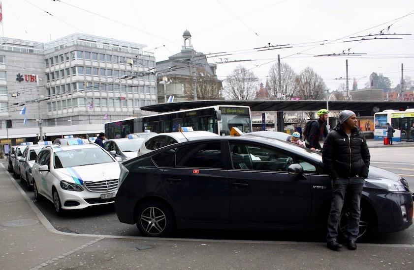 Die Taxis verbuchen mehr Fahrten. Die Unternehmen freut's: Man hat Extrafahrer aufgeboten.