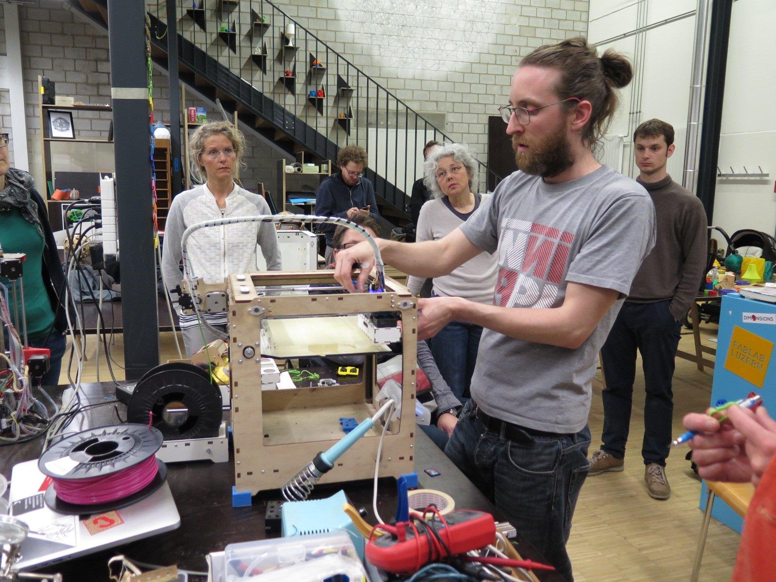 Felix Bänteli erklärt den Anwesenden das Prinzip des 3D-Druckens.