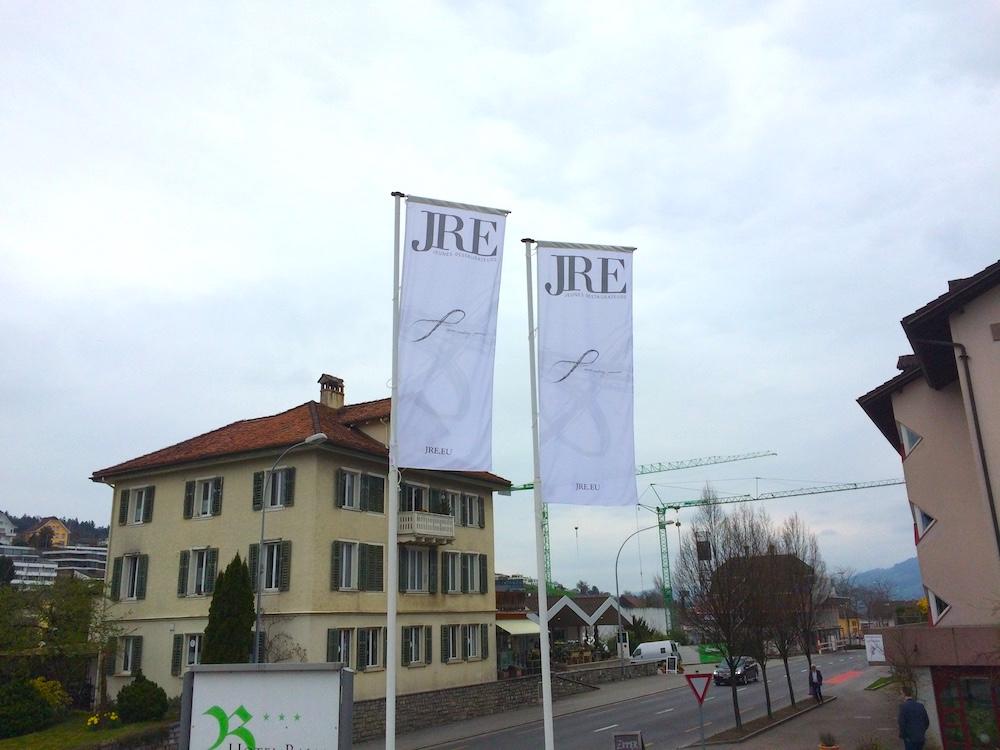 Die Fahnen des JRE wehen vor dem Hotel Balm.