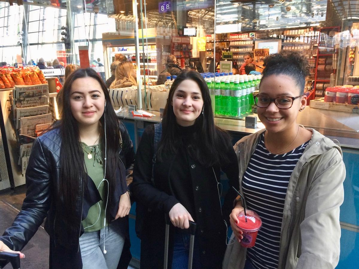 Noëmi Lê, Sarah Neff und Ana Perez auf dem Weg in den mehrtägigen Ausbildungskurs.