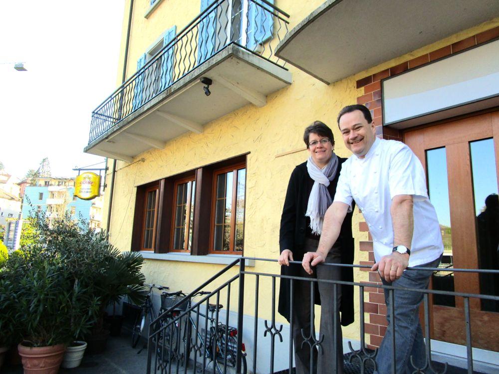 Marie-Louise und Raphael Tuor vor dem Restaurant «Reussbad».