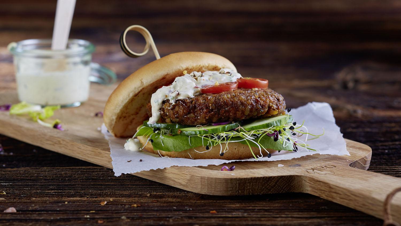 So präsentiert Coop ihren Insektenburger, der ab Mai 2017 in die Supermarktregale kommt.
