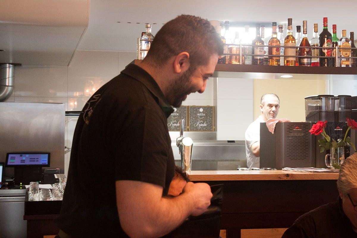 Wirt Müslüm Karakoc bedient seine Gäste im Restaurant Kränzlin.