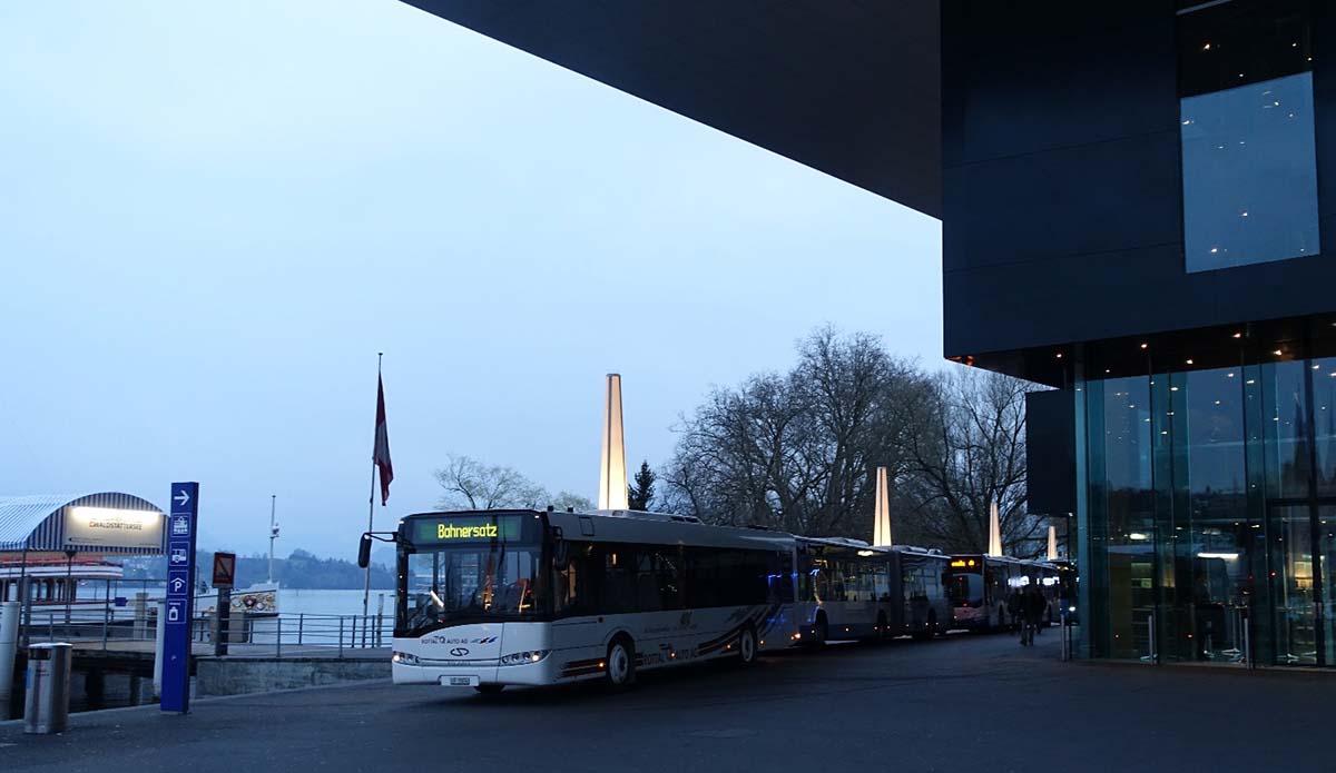 Aussergewöhnliche Situationen erfordern aussergewöhnliche Massnahmen: Für einmal durften die Pendler den neuen Busbahnhof vor dem KKL benutzen.