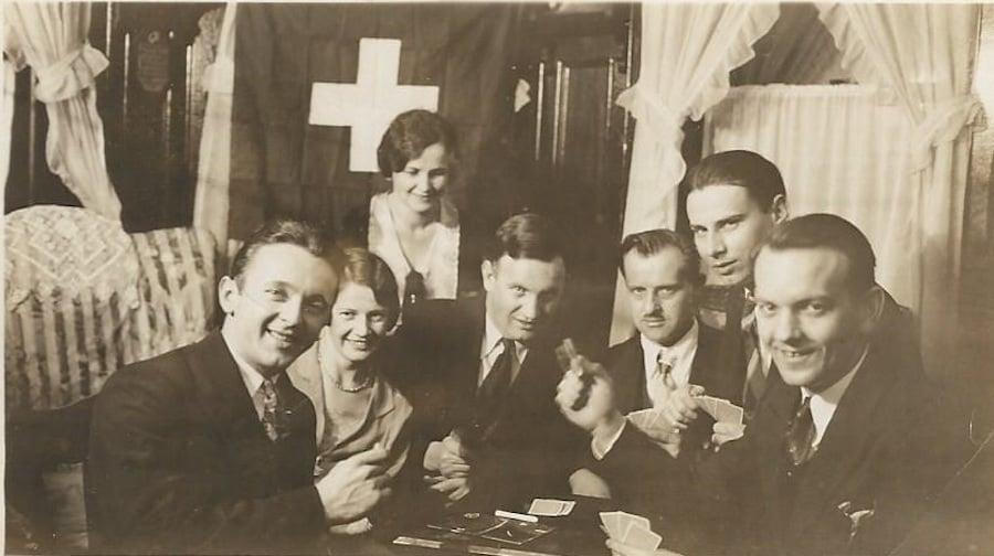 Bertha und Baptist Lottenbach mit Schweizer Freunden in Brooklyn.