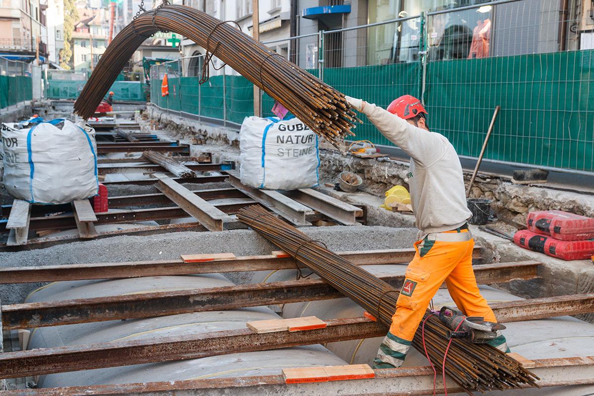 Stahlträger werden über den neuen Rohren angebracht.