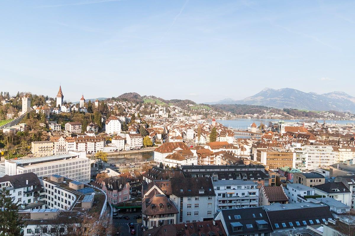 Die Dachterrasse bietet einen atemberaubenden Ausblick auf die Sonnenseite der Luzerner Innenstadt.