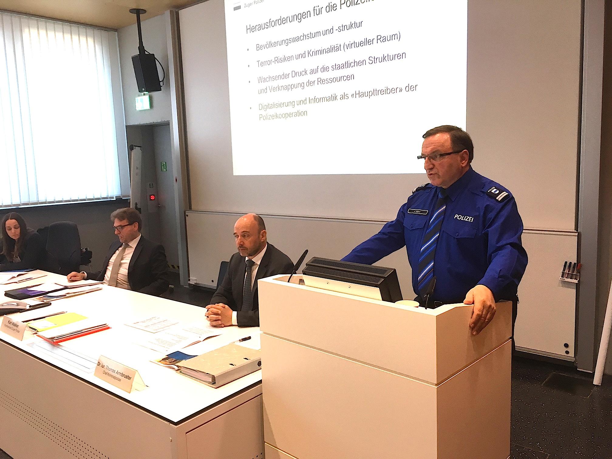 Sie informierten über die Kriminalität. Von rechts: Polizeikommandant Karl Walker, Kripo-Chef Thomas Armbruster und Regierungsrat Beat Villiger.
