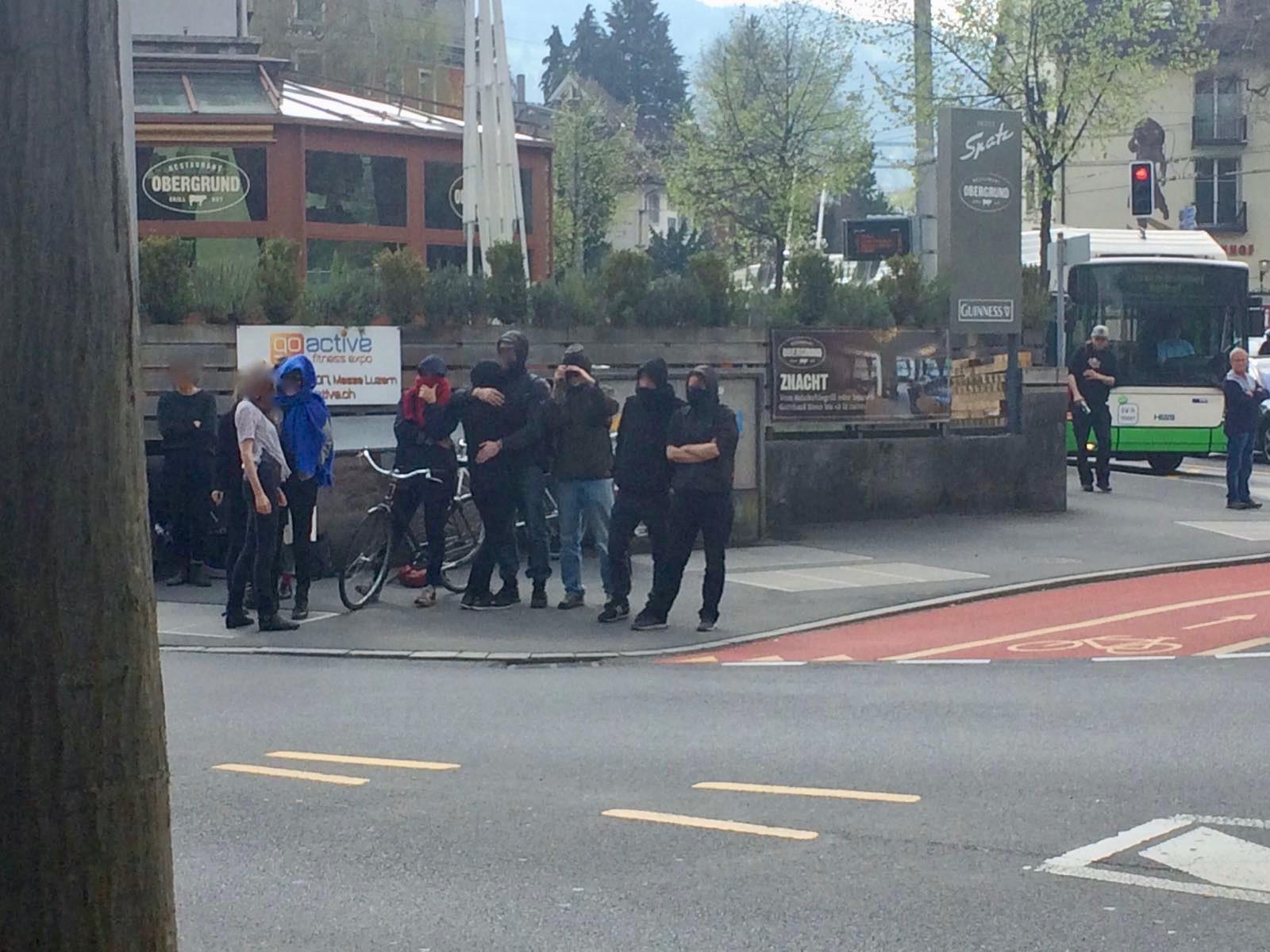 Die Aktivisten wehren sich mit Parolen gegen die anwesende Polizei.