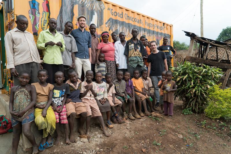 Studer zusammen mit seinen zukünftigen Geschäftspartnern, den Kakaobauern, und deren Kindern in Uganda (Bild: zVg/Studer).