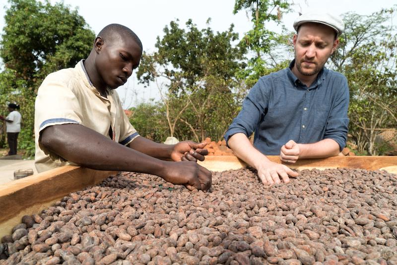 Die Qualitätskontrolle der ugandischen Kakaobohnen erfolgt von Hand (Bild: zVg/Studer).