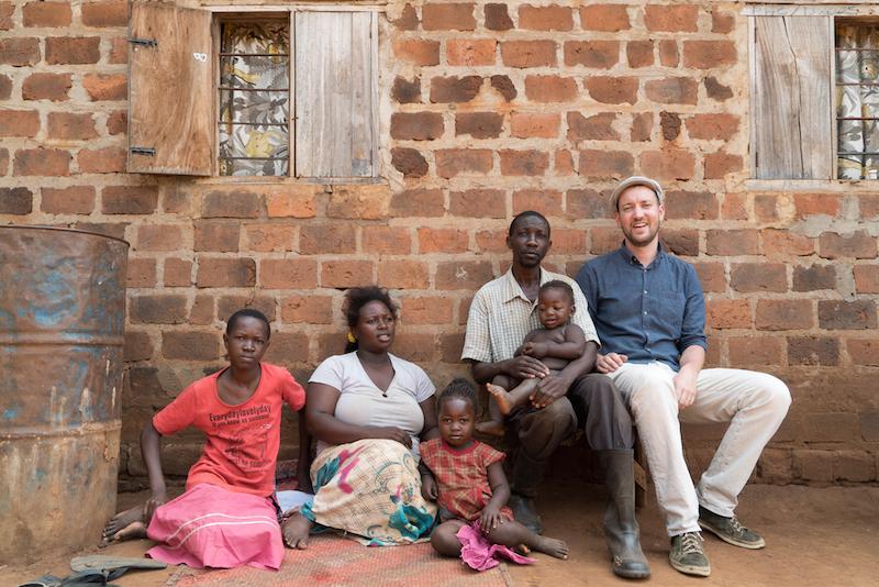 Eine der Familien zusammen mit Florian Studer, die von «Schöki» profitieren werden (Bild: zVg/Studer).