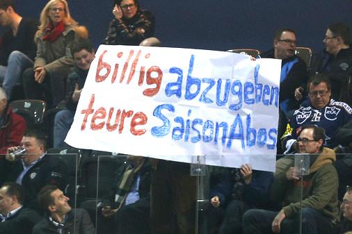 EVZ-Fans halten an einem Match ein Transparent in die Höhe: Vor allem die Saisonabo-Besitzer können die Zuger Heimspiele verfolgen.