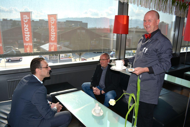 Businessgäste treffen sich gerne im Restaurant zu Besprechungen. Chef de rang Heinz Fehlmann (r.) bedient sie mit grosser Freundlichkeit.