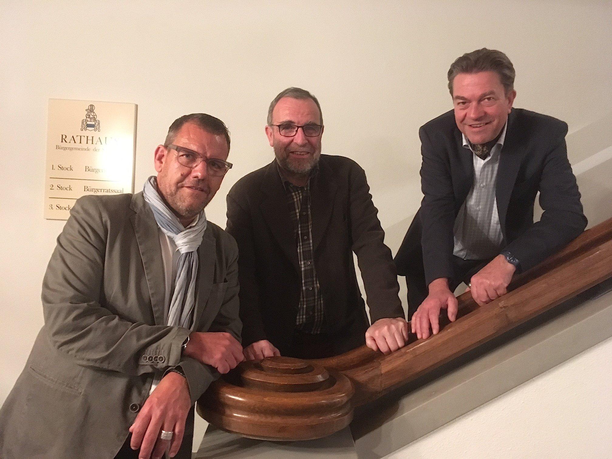 Die Initianten des Festivals Matthias Luchsinger (l.) und Ueli Straub (r.), mit dem Präsidenten des Gönnervereins, Roli Wismer. Der dritte Initiant, Stefan Meier vom Rathauskeller, war verhindert.