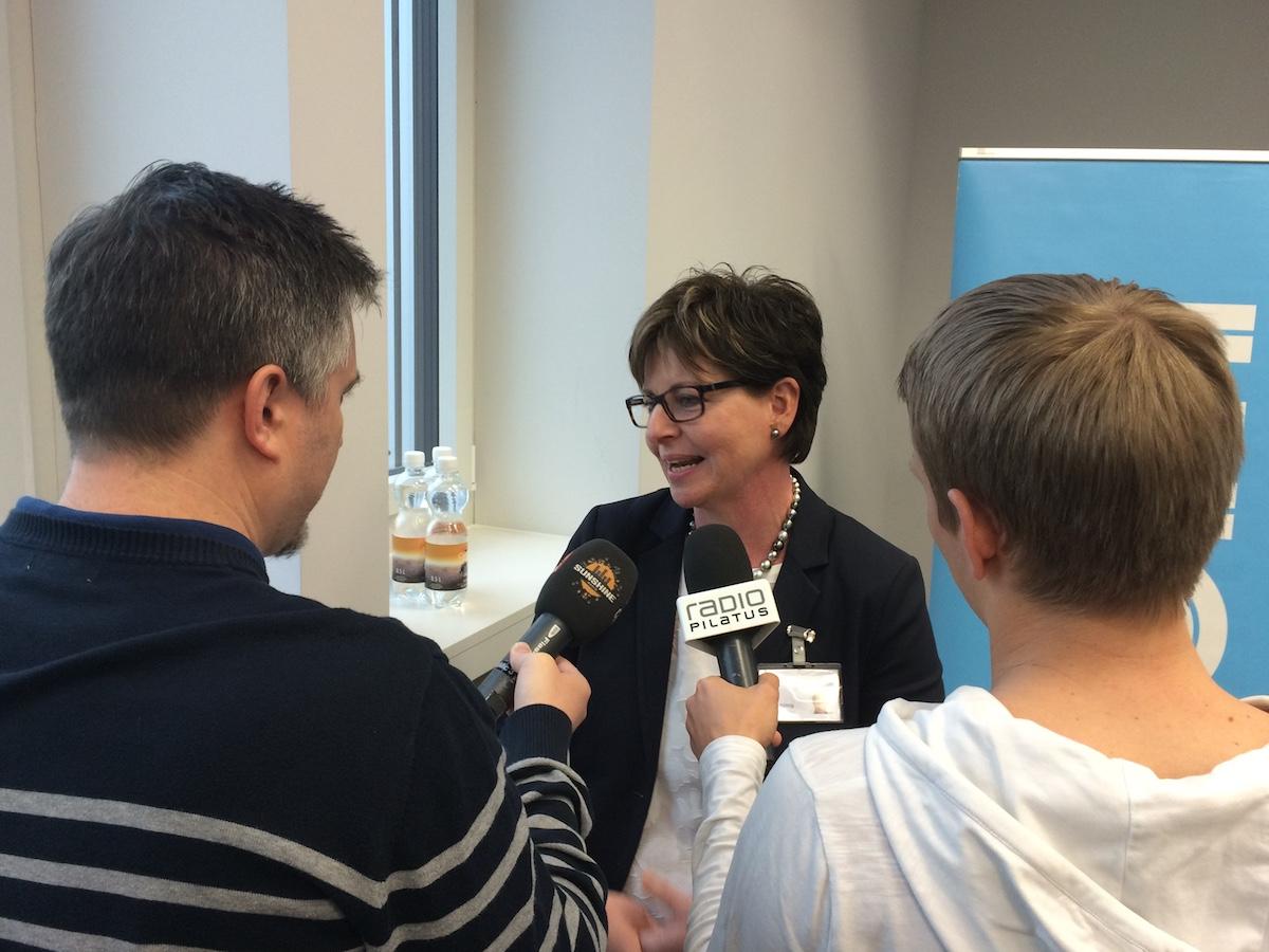 Messeleiterin Luzia Roos gibt den Medien Auskuft.