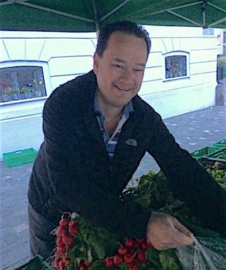 Raphael Tuor auf der Suche nach Radieschen.
