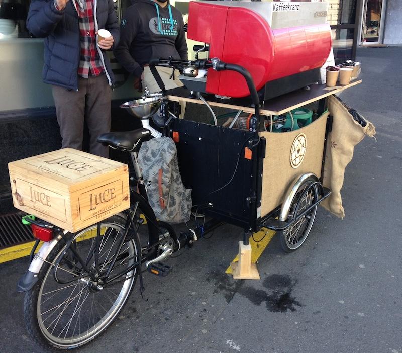 Das Velo und die Maschine sind Occasion, die Idee für Luzerns erstes Coffee-Bike entstand bei der Arbeit (Bild: zentralplus/bas).