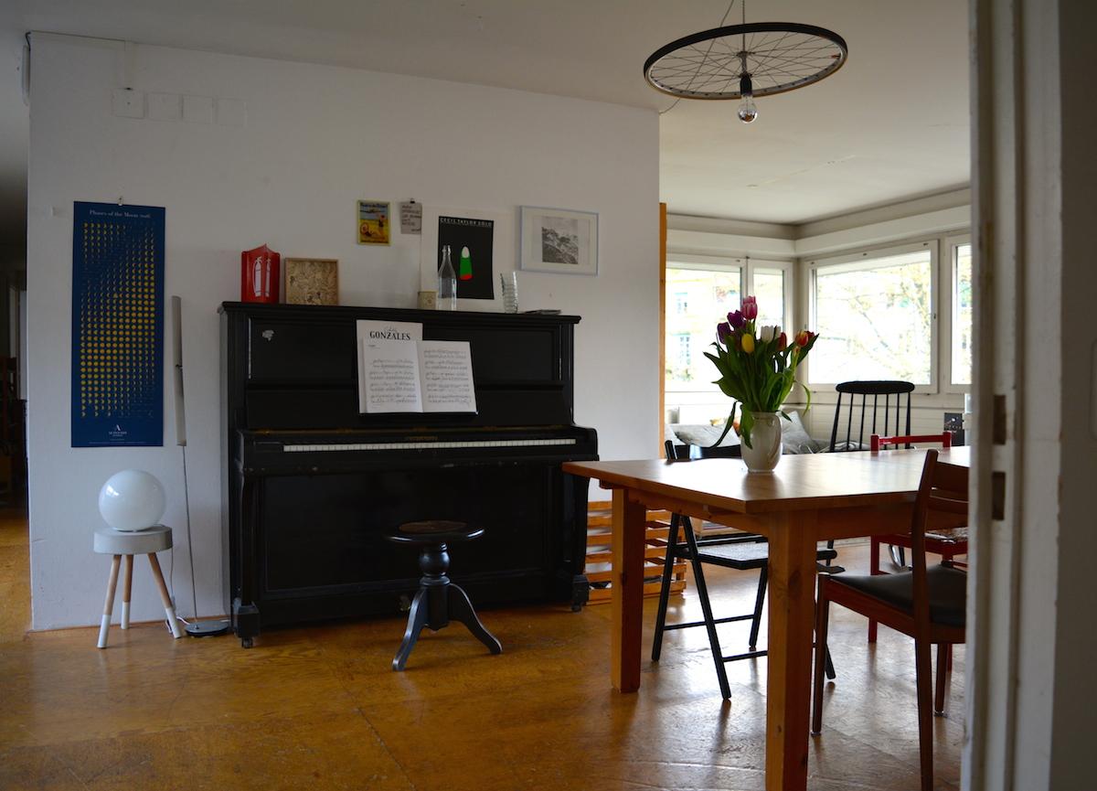 Im Wohnzimmer wird gearbeitet, musiziert und gegessen.