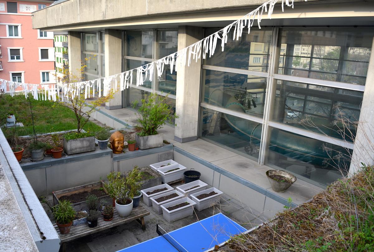 Der Blick vom Dach auf die eine Terrasse.
