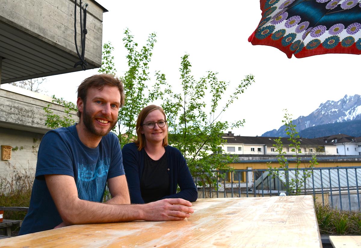 Silvan Heggli und Sibylle Peter auf einer ihrer Dachterrassen.
