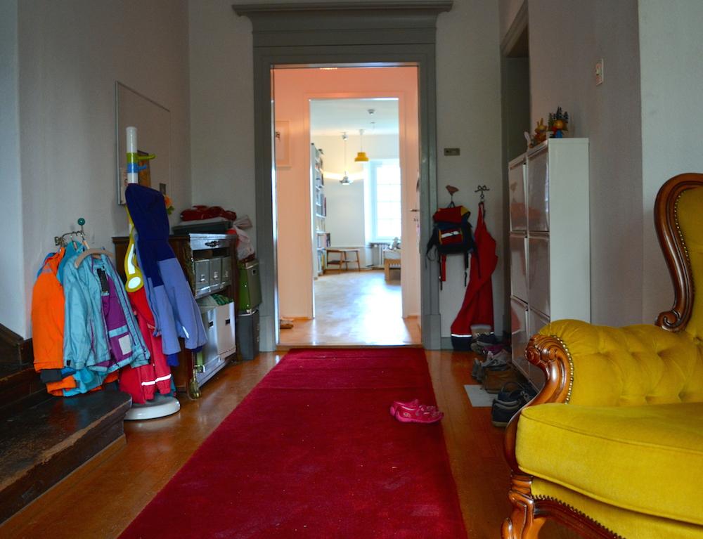 Ein roter Teppich vor der Wohnungstür macht sich nicht schlecht.