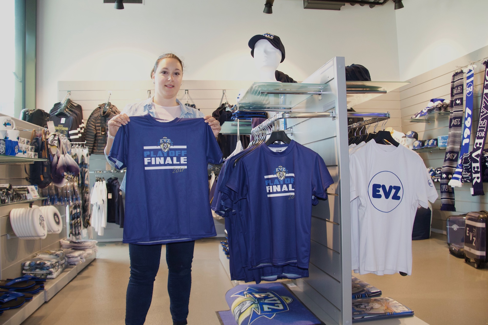 Probiert den Playoff-Top Seller an: zentralplus-Praktikantin und EVZ-Fan Loredana Bevilacqua.