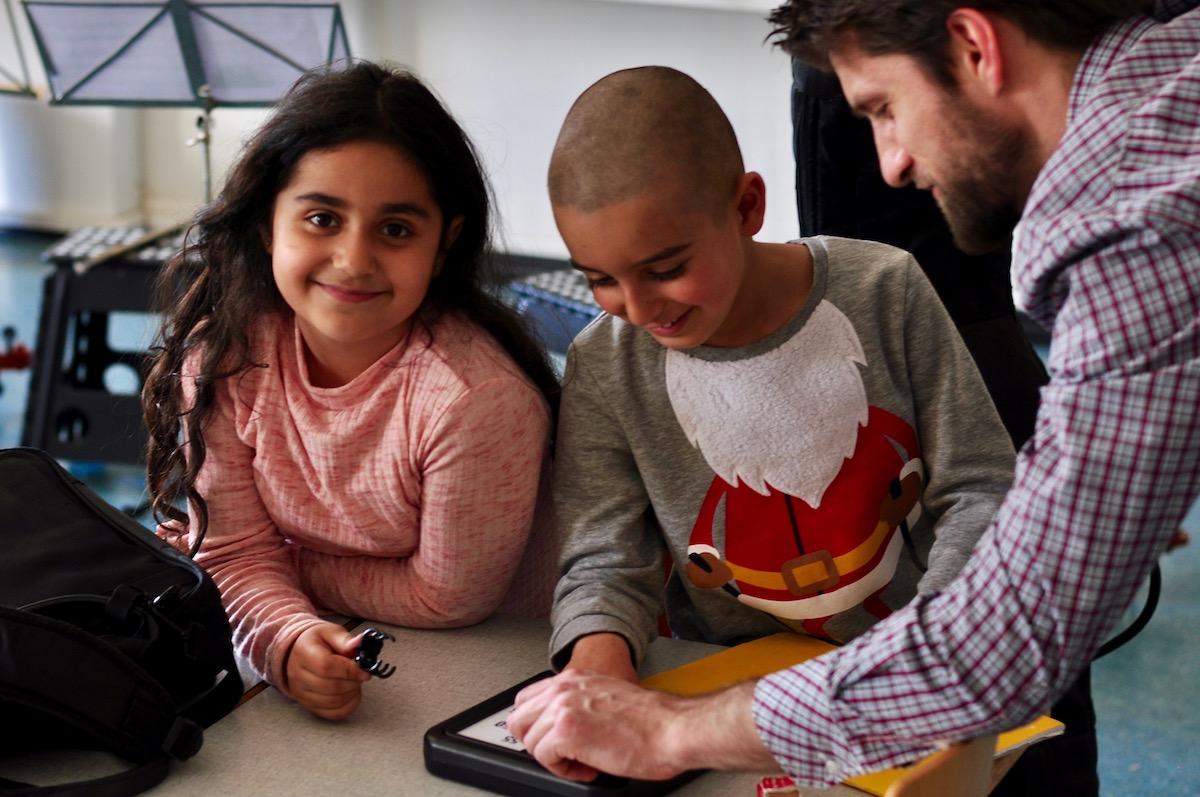 Von links: Rozelin, Ivan und ihr Lehrer Matous Mikolasek.